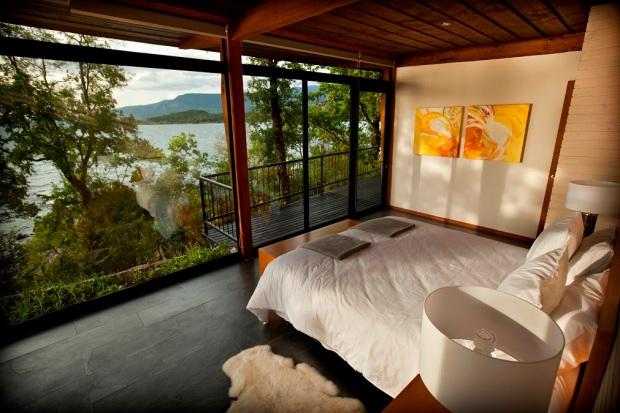 3_Habitaci¾n principal con su vista al Lago Villarrica 1_Casa Lago_ Lake House_Hotel Antumalal Puc¾n Chile